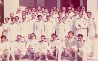 Στη φωτογραφία, συμμετασχόντες στο Κίνημα, έξω από τη Ναυτική Σχολή Πολέμου την 1η Σεπτεμβρίου 1973, όπου συγκλήθηκε το ανακριτικό συμβούλιο που τους απέταξε.