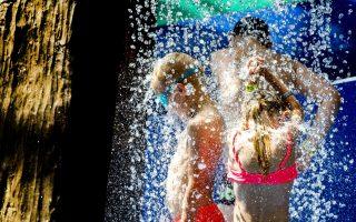 Ζέστη 2. Δροσιά στο νέο πάρκο για τους πιτσιρικάδες και τους συνοδούς τους, με την ονομασία Playa στο Wassenaar  της Ολλανδίας. EPA/Koen van Weel