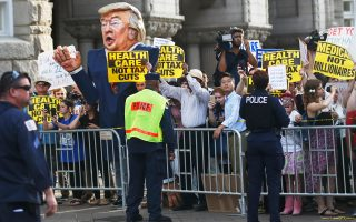 Διαδηλωτές έξω από το Διεθνές Ξενοδοχείο Τραμπ ζητούν την επαναφορά του Obamacare, την ώρα που εντός ο πρόεδρος Τραμπ διοργάνωνε το πρώτο δείπνο για συγκέντρωση εισφορών ενόψει της καμπάνιας για την επανεκλογή του, το 2020, η οποία του απέφερε 10 εκατ. δολάρια.