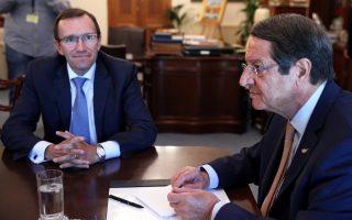 O ειδικός σύμβουλος του γ.γ. του ΟΗΕ για το Κυπριακό Εσπεν Μπαρθ Εϊντε με τον Κύπριο πρόεδρο Ν. Αναστασιάδη, κατά τη χθεσινή τους συνάντηση στη Λευκωσία.