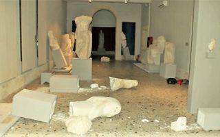 Σημαντικές είναι οι ζημιές που υπέστησαν αγάλματα στο αρχαιολογικό μουσείο της πόλης. Τις φθορές έφερε στο φως η φωτογραφία από το εσωτερικό του μουσείου, που δείχνει αγάλματα πεσμένα και σπασμένα.
