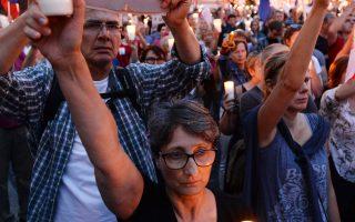 Αντικυβερνητικοί διαδηλωτές με κεριά και πανό που γράφουν «Σύνταγμα» διαμαρτυρήθηκαν μπροστά από το ανώτατο δικαστήριο στη Βαρσοβία.