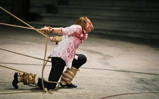 Η Στεφανία Γουλιώτη ως «Κύκλωψ» στην παράσταση της περασμένης Παρασκευής στη Μικρή Επίδαυρο.