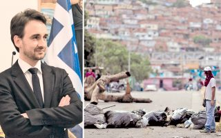 Ο Φ. Φερνάντες είπε ότι «η αντιπολίτευση έχει εγκαταλείψει το τραπέζι των διαπραγματεύσεων». Διαδηλωτής στέκεται μπροστά από οδόφραγμα που έστησε η αντιπολίτευση στο Καράκας, στο πλαίσιο της 48ωρης γενικής απεργίας, με αφορμή τις εκλογές της Κυριακής για την ανάδειξη συντακτικής συνέλευσης.