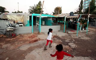 Την Τρίτη ψηφίστηκε τροπολογία για προσωρινή μετεγκατάσταση Ρομά και κατασκευή 70 νέων καταυλισμών.