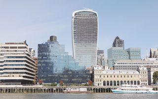 Ο εμβληματικός ουρανοξύστης του Λονδίνου, που είναι γνωστός από το σχήμα του ως «γουόκι-τόκι», πουλήθηκε έναντι 1,3 δισ. στερλινών, ποσό αντίστοιχο του 1,45 δισ. ευρώ. Πρόκειται για το υψηλότερο τίμημα που έχει καταβληθεί ποτέ για την αγορά ενός κτιρίου. Περιήλθε στον έλεγχο του ομίλου Lee Kum Kee (LKK) του Χονγκ Κονγκ, που πέρυσι αγόρασε άλλο κτίριο στο Λονδίνο έναντι 41,4 εκατ. ευρώ. Μόνο στο πρώτο εξάμηνο του έτους Κινέζοι επενδυτές έχουν δαπανήσει συνολικά 2,57 δισ. ευρώ για την αγορά κτιρίων στο Λονδίνο.