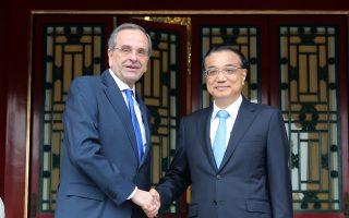 Θερμή χειραψία του πρώην πρωθυπουργού Αντ. Σαμαρά με τον πρωθυπουργό της Κίνας Λι Κετσιάνγκ, χθες, στο Πεκίνο.