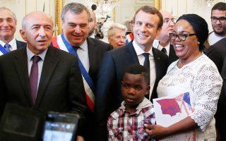 Ο Εμανουέλ Μακρόν με την Ορελί Ντιόν, η οποία έλαβε τη γαλλική υπηκοότητα στην Ορλεάνη.