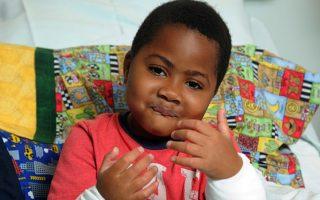 Ο Χάρβεϊ χρειάστηκε να υποστεί ακρωτηριασμό των χεριών και των ποδιών του σε ηλικία δύο ετών, έπειτα από σηψαιμία.