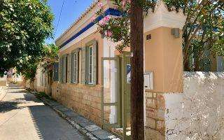 Η γκαλερί και art shop «Εγινα Αίγινα» στην οδό Θερμοπυλών 12, κοντά στην Παναγίτσα, αξιοποιεί ιδανικά ένα νεοκλασικό σπίτι.