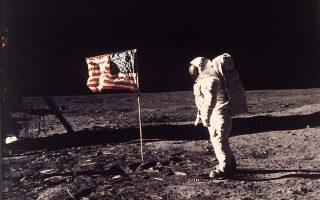 Ο αστροναύτης Έντουιν Άλντριν Τζούνιορ παίρνει στάση για την ιστορική φωτογραφία της κατάκτησης του Φεγγαριού από τις Ηνωμένες Πολιτείες και τη διαστημική αποστολή Apollo 11, το 1969. Τη φωτογραφία τράβηξε ο συνάδελφος αστροναύτης του Άλντριν, Νέιλ Άρμστρονγκ, ο οποίος πάτησε επίσης στην επιφάνεια της Σελήνης. (AP Photo/NASA/Neil A. Armstrong)