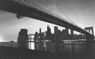 Τα φώτα του Μανχάταν της Νέας Υόρκης έχουν σβήσει με αποτέλεσμα να κυριαρχεί το σκοτάδι, εξαιτίας μίας ευρείας διακοπής του ηλεκτρικού ρεύματος που οδήγησε σε γενικό μπλακ άουτ, το 1977. Το λιγοστό φως της φωτογραφίας προέρχεται από τα φώτα των διερχόμενων οχημάτων και από το εφεδρικό σύστημα παροχής ηλεκτρικής ενέργειας που χρησιμοποίησε ένα από τα γύρω κτίρια. (AP Photo/Ray Stubblebine)