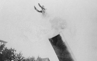 Ο Χιούγκο Ζουκίνι από το Τορίνο της Ιταλίας εκτοξεύεται από ένα ειδικά κατασκευασμένο κανόνι, προοριζόμενο για κάποιο νούμερο του τσίρκου, το οποίο κατασκεύασε ο αδερφός του, το 1927. Ο Ζουκίνι προσγειώθηκε 39 μέτρα μακριά. (AP Photo)
