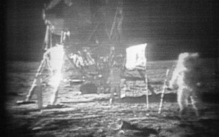 Στη φωτογραφία με ημερομηνία 20 Ιουλίου, 1969 ο αστροναύτης του Apollo 11, Νιλ Αρμστρονγκ εμφανίζεται στα δεξιά να βαδίζει με δυσκολία στην επιφάνεια της Σελήνης, αφήνοντας το αποτύπωμά του.