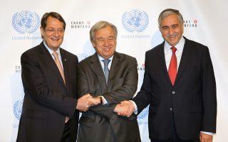Γκουτιέρες - Αναστασιάδης - Ακιντζί. Ο γ.γ. του ΟΗΕ, με το να παραστεί στη διάσκεψη για το Κυπριακό, έθεσε σε κίνηση έναν μηχανισμό διάσωσης των συνομιλιών.