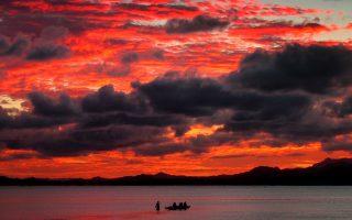 Ηλιοβασίλεμα στον Νότιο Ειρηνικό. Στη «Βροχή», ο Σόμερσετ Μομ μεταφέρει τον αναγνώστη στο πλοίο των ηρώων του, με κατεύθυνση την τροπική Απια των νησιών Σαμόα στον Ν. Ειρηνικό.