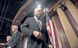 Ο Ρεπουμπλικανός γερουσιαστής Τζον Μακέιν εγκαταλείπει το βήμα συνέντευξης Τύπου που παραχώρησε στην Ουάσιγκτον, τα ξημερώματα της Παρασκευής, ώστε να αιτιολογήσει την απόφασή του να καταψηφίσει την πρόταση του κόμματός του για κατάργηση του νόμου Ομπάμα για τη μεταρρύθμιση της υγειονομικής περίθαλψης. Η ψήφος της Γερουσίας και η αρνητική στάση τριών Ρεπουμπλικανών γερουσιαστών, μεταξύ τους και ο Τζον Μακέιν, καταφέρουν ισχυρό πολιτικό πλήγμα στον πρόεδρο Τραμπ, ο οποίος είχε επενδύσει στην ακύρωση της μεταρρύθμισης Ομπάμα.