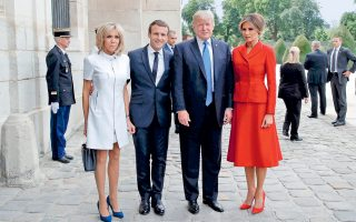 Συμφωνία για οδικό χάρτη με στόχο την επίλυση του Συριακού ανακοίνωσαν χθες οι Ντόναλντ Τραμπ και Εμανουέλ Μακρόν, μετά τη συνάντησή τους στο Μέγαρο των Ηλυσίων. Προσκεκλημένος του Γάλλου ομολόγου του, ο Αμερικανός πρόεδρος θα παραστεί στη σημερινή στρατιωτική παρέλαση, με αφορμή τη γαλλική εθνική επέτειο της 14ης Ιουλίου. Στη φωτογραφία, το ζεύγος Εμανουέλ και Μπριζίτ Μακρόν υποδέχεται τον Αμερικανό πρόεδρο και τη σύζυγό του, Μελάνια, στο Μέγαρο των Απομάχων.