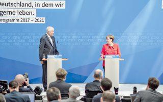 Η καγκελάριος Μέρκελ και ο Βαυαρός πρωθυπουργός Ζεεχόφερ παρουσιάζουν το πρόγραμμα των Χριστιανοδημοκρατών/Χριστιανοκοινωνιστών για τις εκλογές.