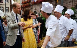 Η πριγκίπισσα Κέιτ και ο Ουίλιαμ κατά την επίσκεψή τους στην αγορά της Χαϊδελβέργης.