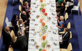 Ο Ντόναλντ Τραμπ τα λέει με εκπροσώπους της Σαουδικής Αραβίας, ενώ η σύζυγός του Μελάνια συνομιλεί με τον Βλαντιμίρ Πούτιν, στο δείπνο της πρόσφατης συνόδου του G20.