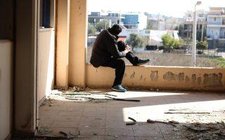 Στον οικισμό της Αυλίζας και σε άλλα σημεία του Μενιδίου, κάθε εποχή, εδώ και χρόνια, συρρέουν χρήστες για να προμηθευτούν ναρκωτικά από σπίτια εμπόρων. Η ροή σε κάποιες περιπτώσεις έφτανε τα 20 άτομα ανά ώρα. (Φωτογραφία: Γιώργος Μουτάφης)