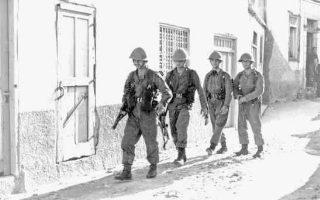 14 Νοεμβρίου 1967. Ανδρες της Εθνικής Φρουράς εισέρχονται στο χωριό Αγιος Θεόδωρος, νότια της Λευκωσίας. Την επομένη, η περιοχή έγινε θέατρο σφοδρών συγκρούσεων μεταξύ Ελληνοκυπρίων και Τουρκοκυπρίων.