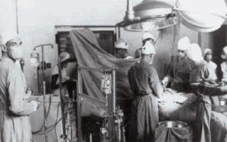 3 Δεκεμβρίου 1967, χαράματα. Το χειρουργείο του νοσοκομείου «Χρόοτε Σχέερ», του Κέιπ Τάουν, όπου λαμβάνει χώρα η πρώτη μεταμόσχευση καρδιάς.