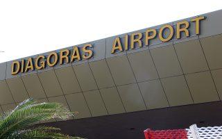 Φωτογραφία αρχείου του αεροδρόμιου της Ρόδου. Οριστικοποιήθηκε η συμφωνία για την παραχώρηση των 14 Περιφερειακών Αεροδρομίων στην κοινοπραξία της γερμανικής Fraport με την Slentel, με την δημοσίευση της απόφασης του Κυβερνητικού Συμβουλίου Οικονομικής Πολιτικής (ΚΥΣΟΙΠ) που συνεδρίασε στις 13 Αυγούστου, στην Εφημερίδα της Κυβερνήσεως. H σχετική απόφαση ελήφθη ύστερα από την εισήγηση της διοίκησης του ΤΑΙΠΕΔ στις 3 Ιουλίου και υλοποιεί τον σχετικό διαγωνισμό που είχε ολοκληρωθεί προ μηνών, Τρίτη 18 Αυγούστου 2015. ΑΠΕ-ΜΠΕ/ΑΠΕ-ΜΠΕ/ΛΟΥΚΑΣ ΜΑΣΤΗΣ