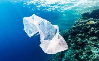 i-mesogeios-kindyneyei-apo-ta-plastika0