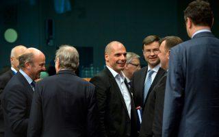 Ο τότε υπουργός Οικονομικών Γιάνης Βαρουφάκης, λίγο πριν από το Eurogroup της 11ης Μαΐου 2015. Σ' ένα άλλο, στις 16 Φεβρουαρίου, διένειμε το έγγραφο που δείχνει ότι, παρά τις δημόσιες διακηρύξεις του, ήταν πολύ πιο κοντά στις θέσεις των μισητών «Σαμαροβενιζέλων».