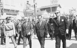 Οι πρωθυπουργοί της Ελλάδας Κωνσταντίνος Κόλλιας (στη μέση) και της Τουρκίας Σουλεϊμάν Ντεμιρέλ (δεξιά) τη δεύτερη μέρα των συνομιλιών που διεξήχθησαν στην Αλεξανδρούπολη.