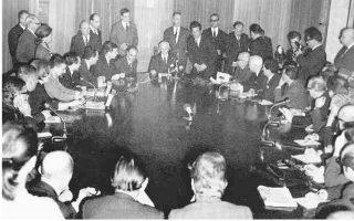 Η Ευρωπαϊκή Επιτροπή Δικαιωμάτων του Ανθρώπου «ανακρίνει» τον υπουργό Εξωτερικών Π. Πιπινέλη, στο πλαίσιο της διαδικασίας τελικής αποπομπής της Ελλάδας από το Συμβούλιο της Ευρώπης, το 1969.