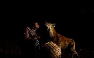«Έχω μια ύαινα μωρό στο σπίτι μου και το κρατάω στο υπνοδωμάτιο μου. Δεν ανησυχώ ότι μπορεί να με δαγκώσει όταν κοιμάμαι», λέει ο Abbas Yusuf, ο «Ανθρωπος των Υαινών».