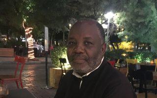"""«Στην Ελλάδα έμαθα και τη λέξη """"όχι"""". Στην Ουγκάντα μας μαθαίνουν να λέμε μόνο """"ναι"""". Δεν μιλάς με άνθρωπο, μόνο με αφεντικό», λέει ο ιερέας Αντώνης Μουτιάμπα."""