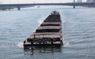Φορτηγίδες σαν κι αυτή που διασχίζει τον Δούναβη στο πέρασμά του από τη Βιέννη αναμένεται να πλημμυρίσουν την Ευρώπη με προϊόντα, μέσω του υδάτινου διαδρόμου που θα ξεκινάει από τον Θερμαϊκό Κόλπο, αν το σχέδιο για τη διασύνδεση του εμβληματικού ποταμού με την προαναφερθείσα θαλάσσια κοιλότητα στη Βόρεια Ελλάδα υλοποιηθεί ποτέ.