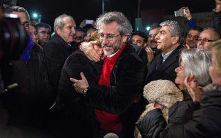 Ο Can Dündar και ο Erdem Gül την ημέρα της αποφυλάκισής τους, στις 26 Φεβρουαρίου του 2016.