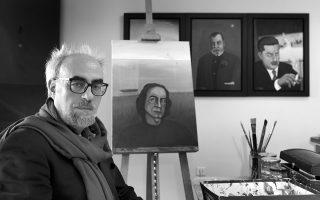 Ο Γιώργος Σκαμπαρδώνης φωτογραφίζεται στη Θεσσαλονίκη, με φόντο τα ζωγραφικά του έργα, προσωπογραφίες Ελλήνων συγγραφέων.