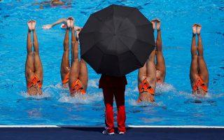 Εβρεχε γυναίκες (και τι γυναίκες!) κι εκείνος κρατούσε ομπρέλα...