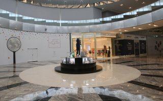 Μειωμένη, λόγω εμπάργκο, η κίνηση σε κεντρικό εμπορικό κέντρο της Ντόχα, στο Κατάρ.