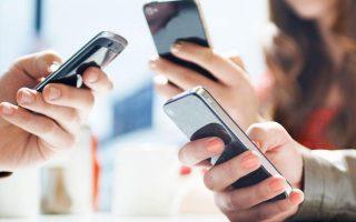 oi-kinezoi-katargoyn-ta-metrita-kai-plironoyn-me-ta-smartphones0