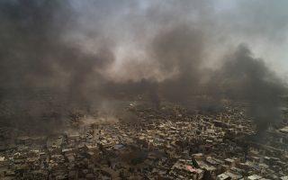 Πυκνός καπνός πάνω από την Παλιά Πόλη της Μοσούλης. Οι τελευταίοι μαχητές του Ισλαμικού Κράτους έχουν περιοριστεί σε μια πολύ μικρή περιοχή.