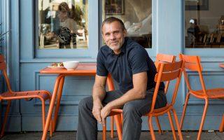 Ο Πασκάλ Ριγκό πούλησε την αλυσίδα αρτοποιείων του στην εταιρεία Starbucks αντί 100 εκατ. δολαρίων.