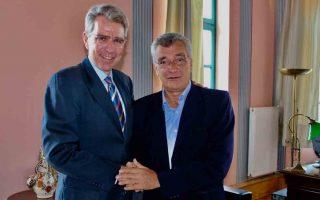 Ο Αμερικανός πρέσβης με τον δήμαρχο του νησιού.
