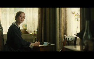 Η Σύνθια Νίξον ως Εμιλυ Ντίκινσον στην πρόσφατη ταινία «Ησυχο πάθος». Για την τρομερή εσωτερική μάχη στην ποίηση της μεγάλης Αμερικανίδας ποιήτριας του 19ου αιώνα γράφει, μεταξύ πολλών άλλων, στο βιβλίο του ο Διονύσης Καψάλης.