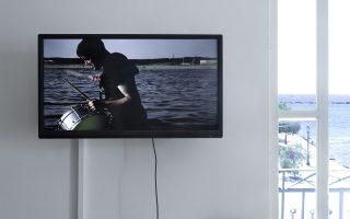 Βίντεο-εγκατάσταση του Raphael Sbrzesny, με τον τυμπανιστή που βυθίζεται στη θάλασσα.