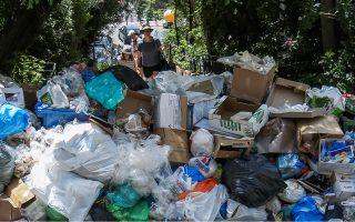 Τέτοιες εικόνες μπορεί να ξαναδούμε σύντομα. Γιατί οι επόμενοι μήνες αναμένονται «θερμοί», αφού κυβέρνηση και δήμους τους χωρίζει μεγάλη απόσταση για το θέμα πρόσληψης των υπαλλήλων στην καθαριότητα.