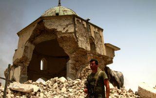 Ιρακινός στρατιώτης μπροστά στο κατεστραμμένο τέμενος Αλ Νούρι, από όπου το 2014 ανακηρύχθηκε η δημιουργία του Ισλαμικού Κράτους.