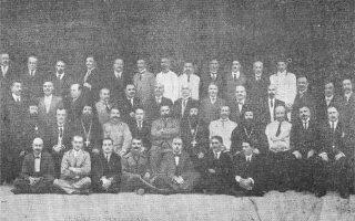 Οι συμμετέχοντες στο συνέδριο των Ελλήνων στο Ταγκανρόκ (φωτ. από το βιβλίο του Ελευθέριου Παυλίδη «Ο ελληνισμός της Ρωσίας και τα 33 χρόνια του εν Αθήναις συλλόγου των εκ Ρωσίας Ελλήνων»).
