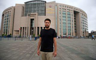 Ο Αντριου Γκάρντνερ, ερευνητής στη Διεθνή Αμνηστία, έξω από δικαστήριο της Κωνσταντινούπολης.